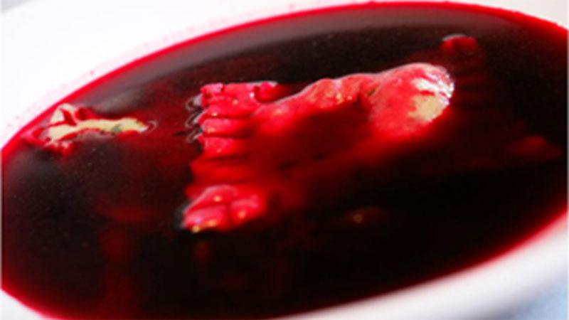 Barszcz czerwony i ziołowe ravioli