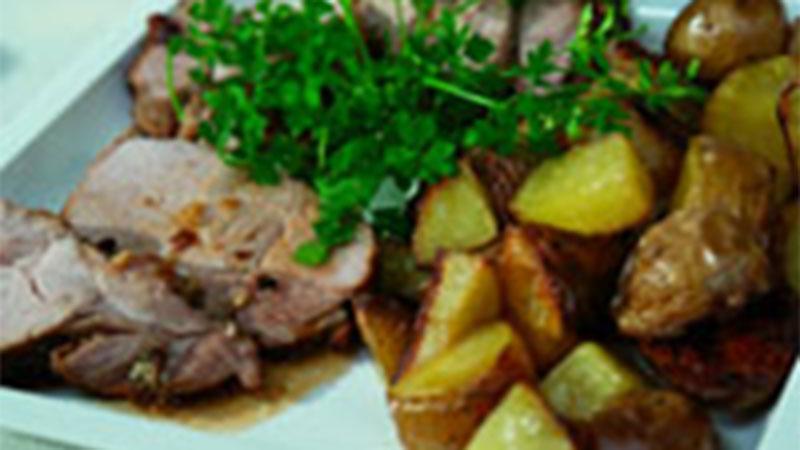 Pikantna pieczeń cielęca z pieczonymi ziemniakami