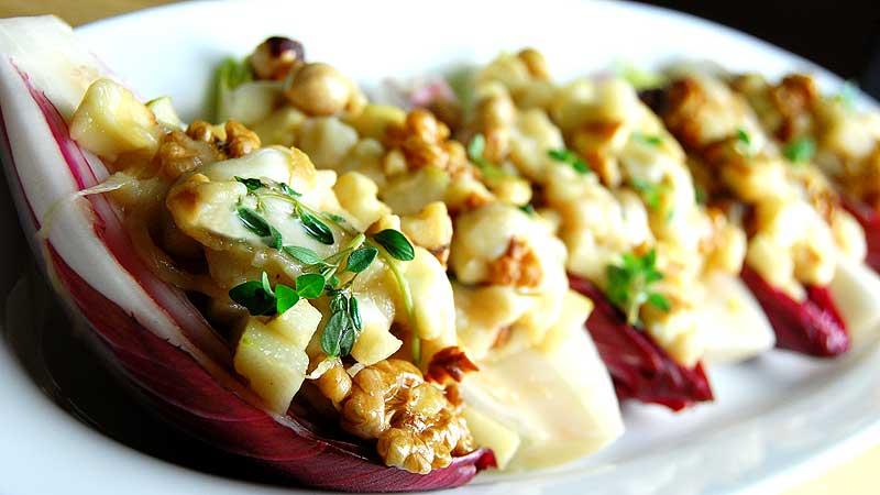 Cykoria z gruszką, orzechami i górskim serem