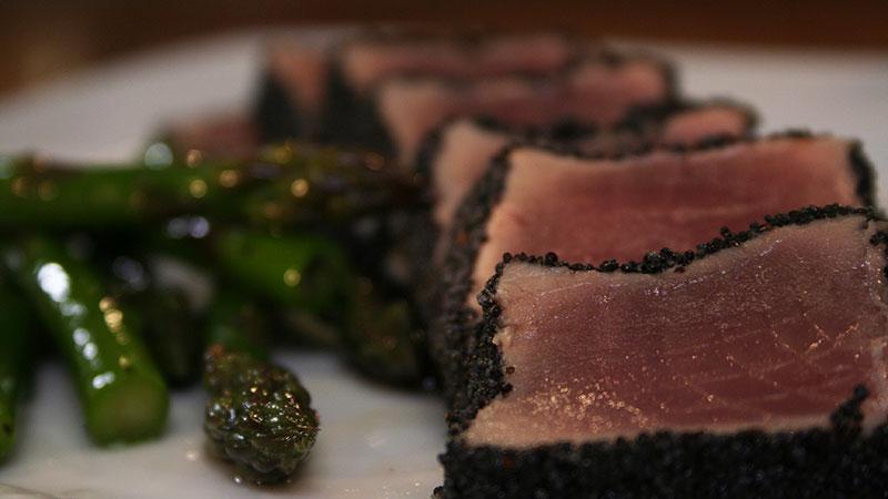 Ogon tuńczyka w ziarnach maku