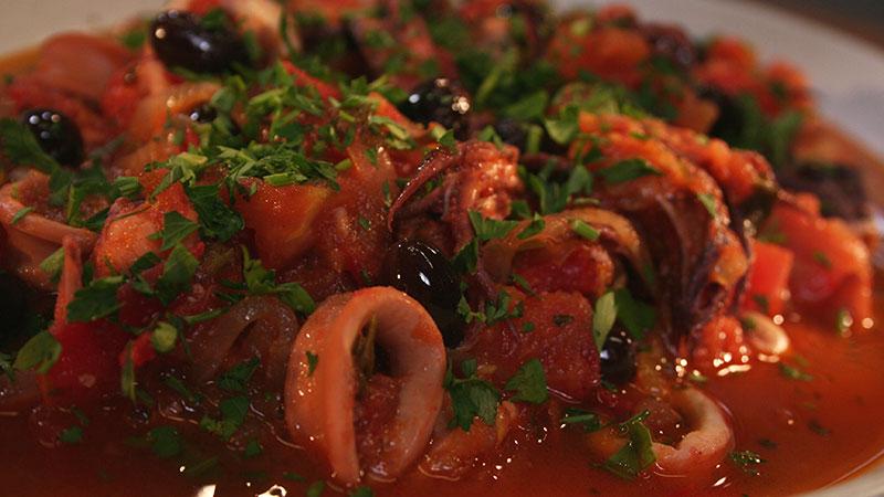 Kalmary z pomidorami i czarnymi oliwkami