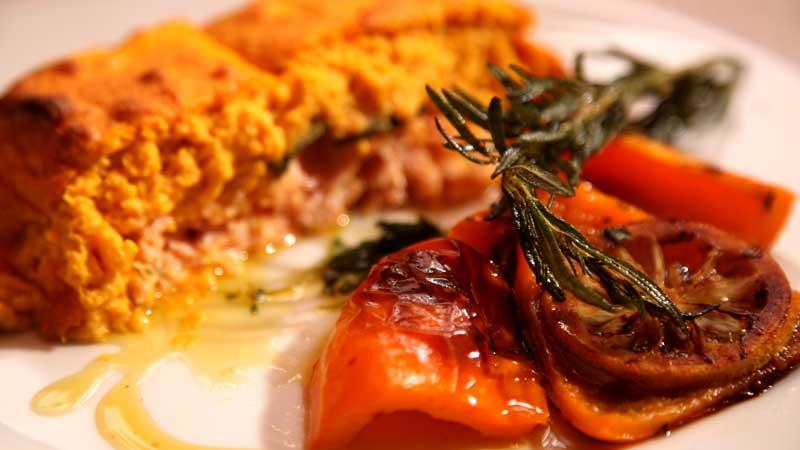 Łosoś zapiekany w suflecie marchewkowym
