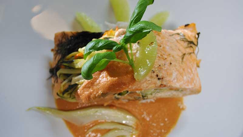 Filet z łososia pieczony w folii ze świeżymi ziołami i jarzynami podawany z sosem z suszonych pomidorów