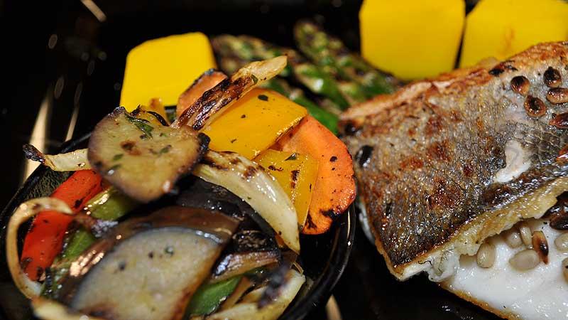 Filety z okonia morskiego w słoneczniku na szparagach i grillowanych jarzynach z ziemniakami w szafranie