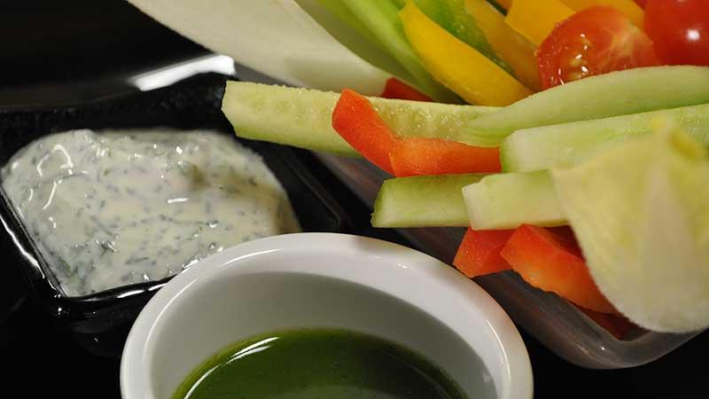 Paluszki jarzynowe z dipem jogurtowo-ziołowym