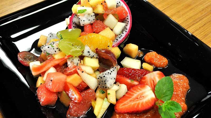 Sałatka owocowa z miodem i miętą