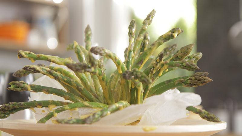 Grillowane szparagi z sosem jajeczno-musztardowym