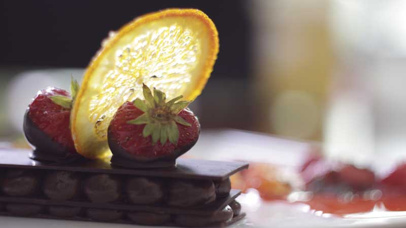 Deser czekoladowy z karmelizowanymi truskawkami