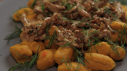Kluseczki marchewkowe z sosem kurkowym
