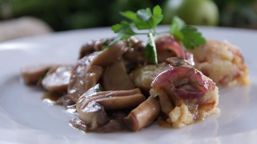 Smażone boczniaki i pieczarki, podane z pikantnym puree ziemniaczanym