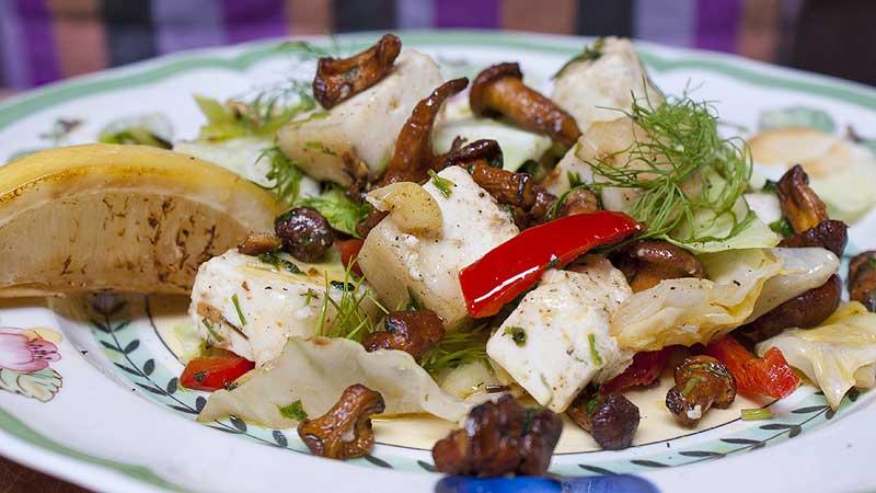 Ciepła sałatka z kurkami i serem łomnickim
