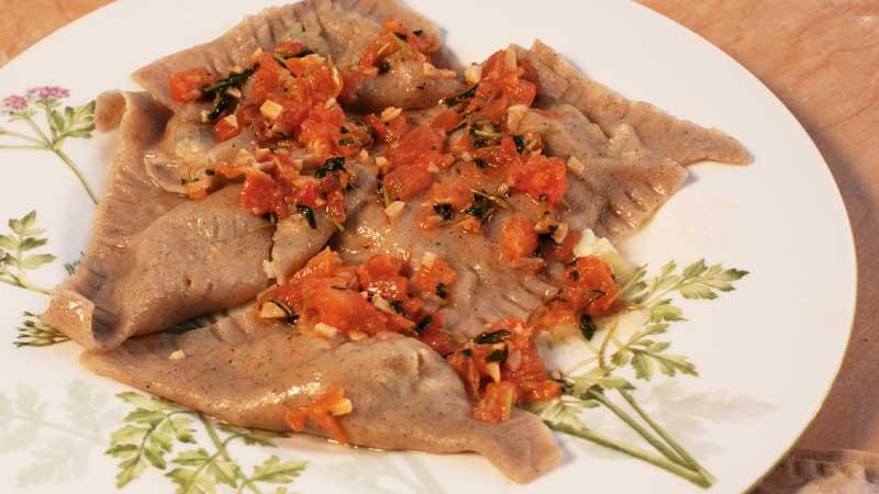 Pierogi gryczano-pszenne z cukinią i wędzonym serem z Wiżajn