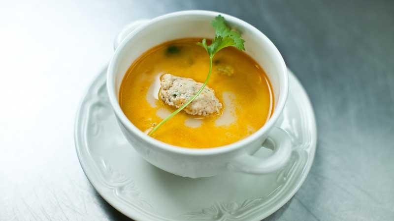 Zupa z karpia z imbirem, koprem i grzybami