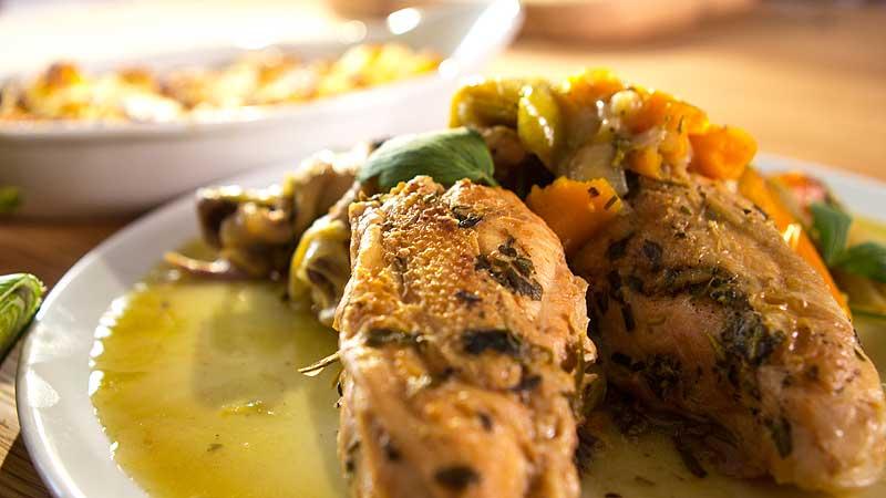 Duszony kurczak z młodymi warzywami