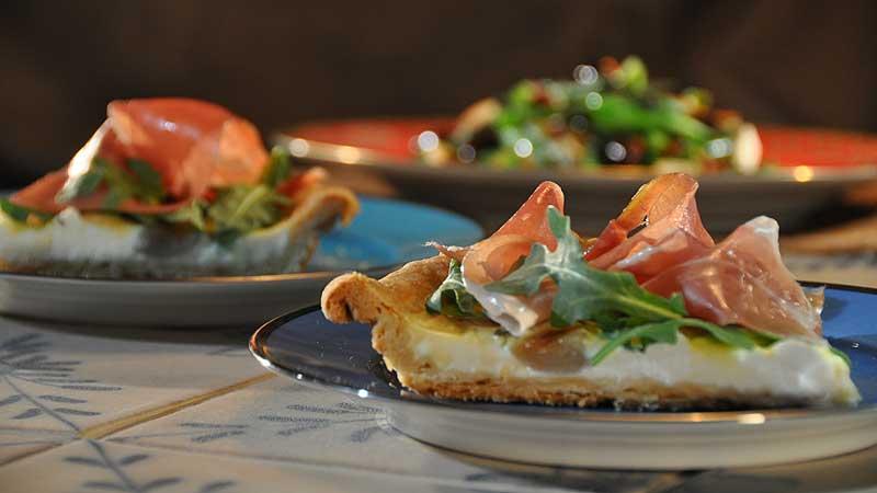 Quiche z kozim serem i prosciutto, sałatka z zielonej fasolki z chrupiącym prosciutto i ciepłym cytrynowym dressingiem