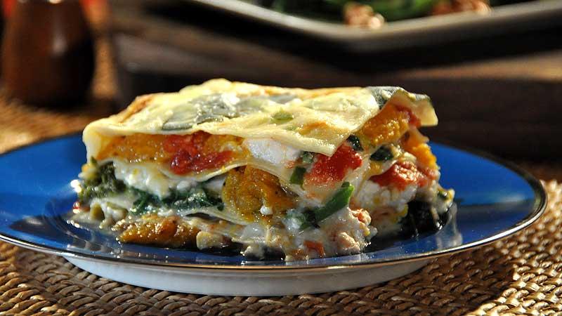 Warzywna lasagne z domowym makaronem, beszamelem z jalapeno i grillowanym rapini