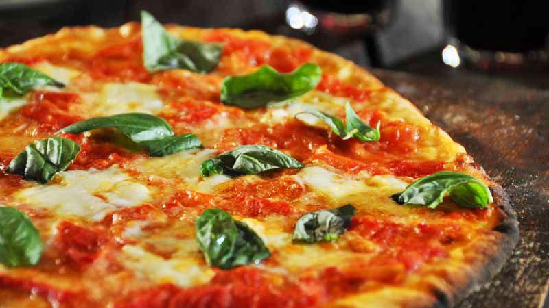 Pizza z pomidorami i buffalo mozzarellą, pizza z kiełbasą i buffalo mozzarellą, gratin z buffalo mozzarellą, sałatka z rukolą fi