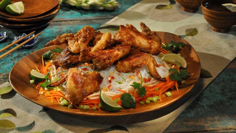 Skrzydełka w maśle orzechowym, sałatka z makaronu ryżowego z chrupiącą orzechową posypką i dressingiem z octu ryżowego