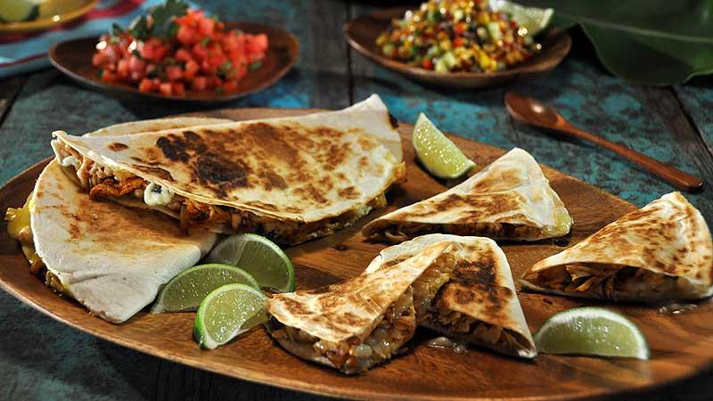 Quesadilla z kurczakiem chipotle  gniecioną białą fasolą, salsa kukurydziana, salsa pomidorowo-arbuzowa i napój z arbuza