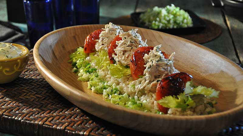 Sałatka z kurczakiem i liśćmi papedy, limonkowo-papedowym aioli, chrupką limonkową posypką, przysmażonymi pomidorami