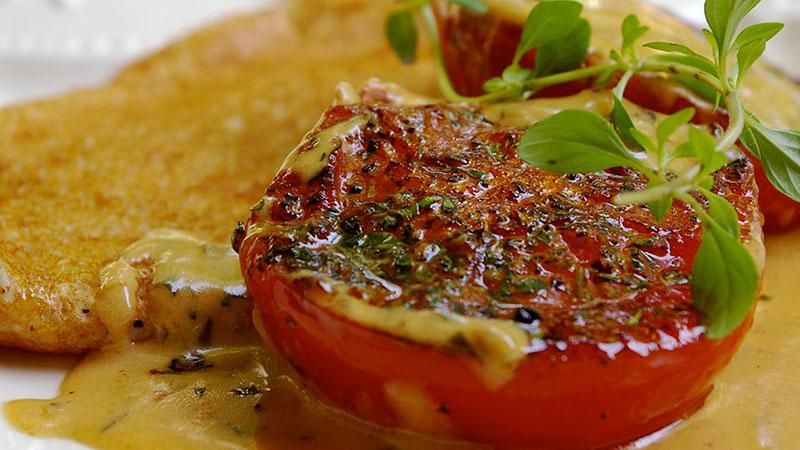 Placuszki gryczane z przybraniem z pomidorów
