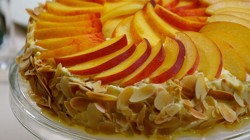 Bezowy tort migdałowy z brzoskwiniami
