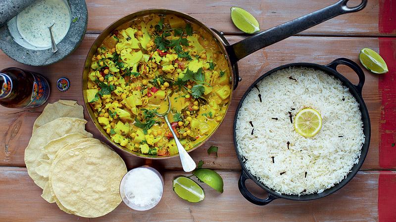 Keralskie curry warzywne, papadamy, ryż i miętowy jogurt
