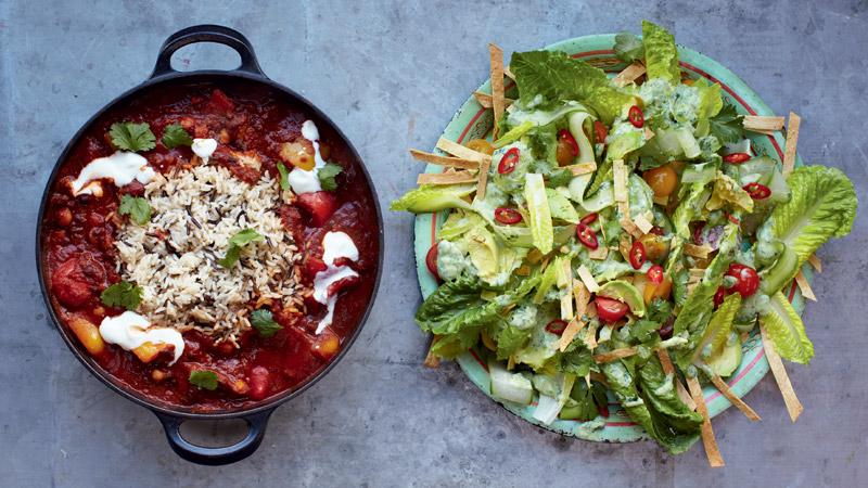 Warzywne chili i sałata z awokado