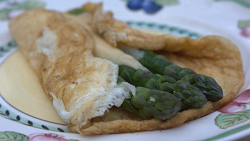 Biały omlet z zielonymi szparagami i serem bursztyn