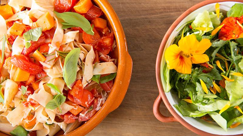 Domowy makaron z sosem z pieczonych warzyw