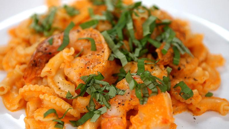 Makaron z sosem pomidorowym i krewetkami