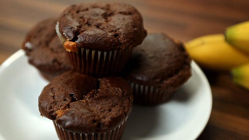 Muffiny bananowo-kakaowe z kawałkami czekolady