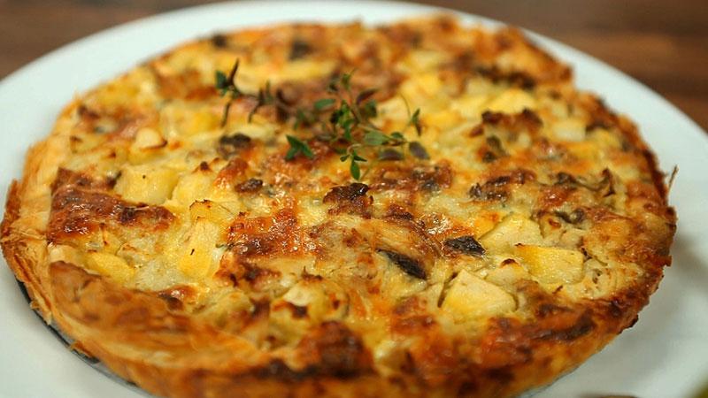 Tarta na cieście francuskim z wędzoną makrelą, gruszką i serem Lazur