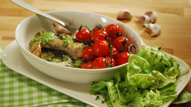 Filet rybny z pesto i pomidorami glazurowanymi w miodzie