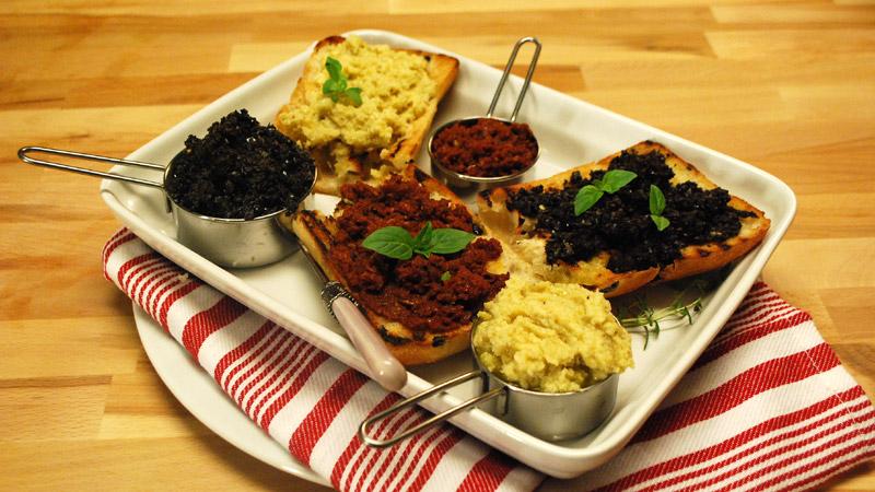 Tapenada z czarnych oliwek, pesto z suszonych pomidorów i pesto z serca karczocha