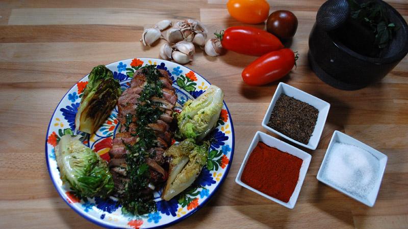 Pierś kaczki z sosem ziołowym i grillowaną rzymską sałatą