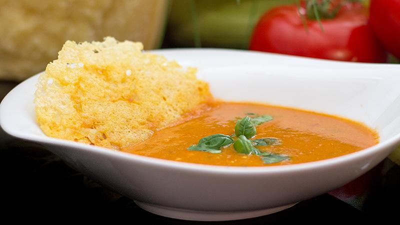 Krem z pomidorów z chipsami parmezanowymi
