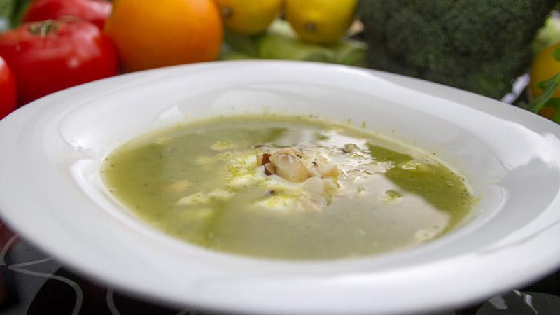 Zupa brokułowa z orzechami brazylijskimi
