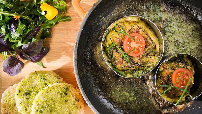 Tost z ziołowym masłem i pomidorowym omletem