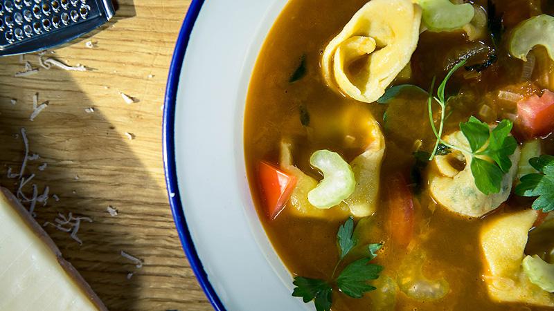Ziołowe tortellini z kiełbasą z dzika