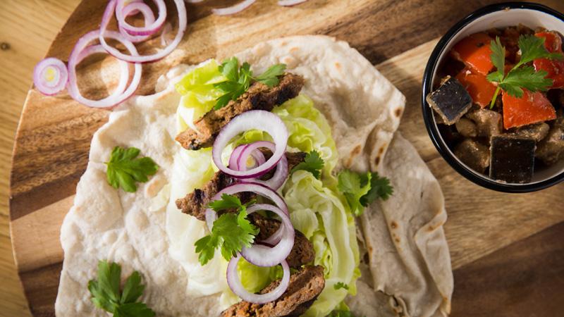 Gruziński kebab, lawasz i ciepła sałatka