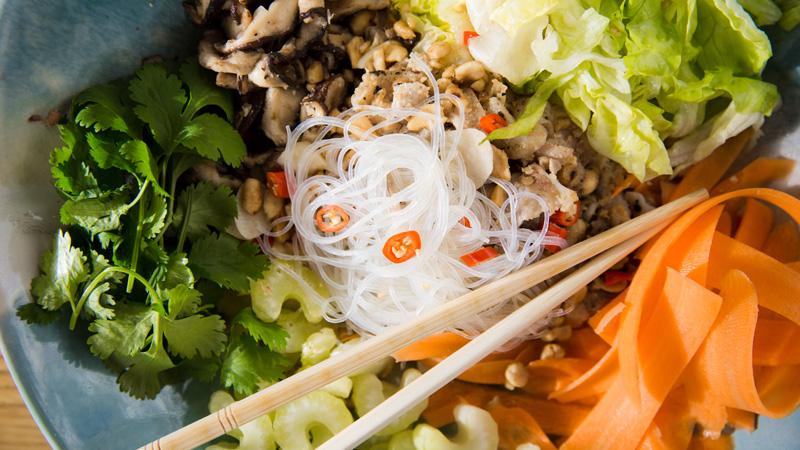 Wietnamska sałatka z pieczonym kurczakiem