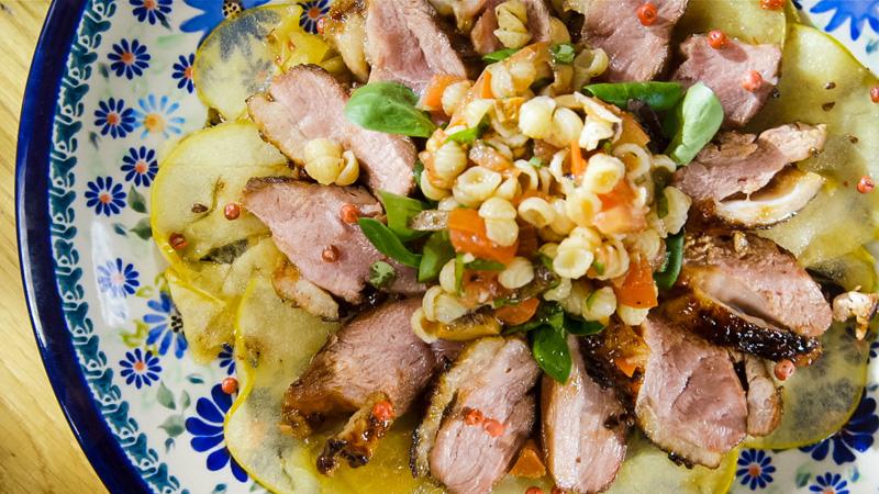 Pierś kaczki z sałatka makaronową