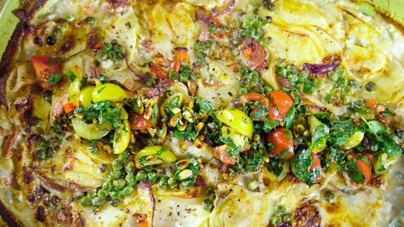 Zapiekanka z ziemniaków z ziołową salsą