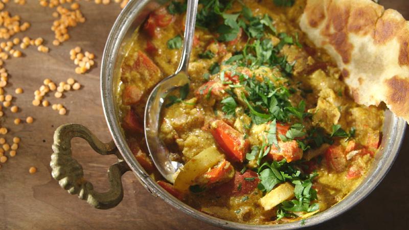 Curry z polskimi warzywami i chlebkami naan
