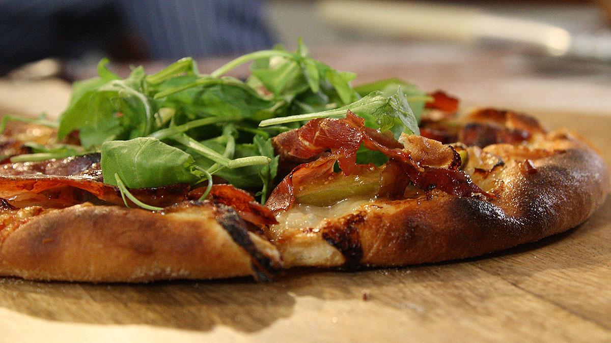 Pizza z gorgonzolą, figami i szynką parmeńską