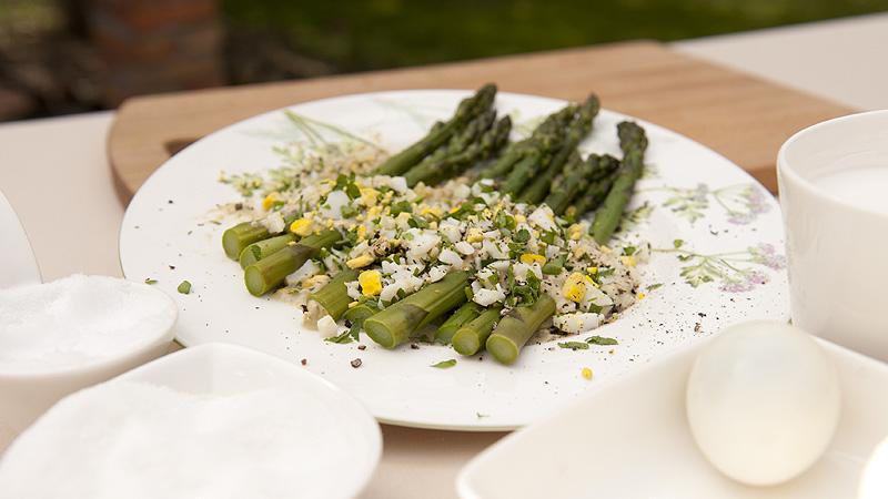 Szparagi z siekanym jajem i sosem z sera Lazur