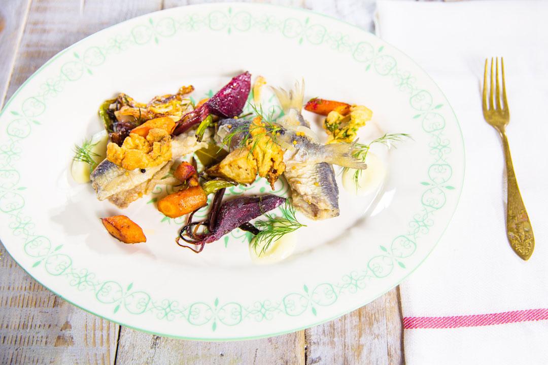 Marynowane sielawki z polskimi warzywami, chrustem z natki pietruszki