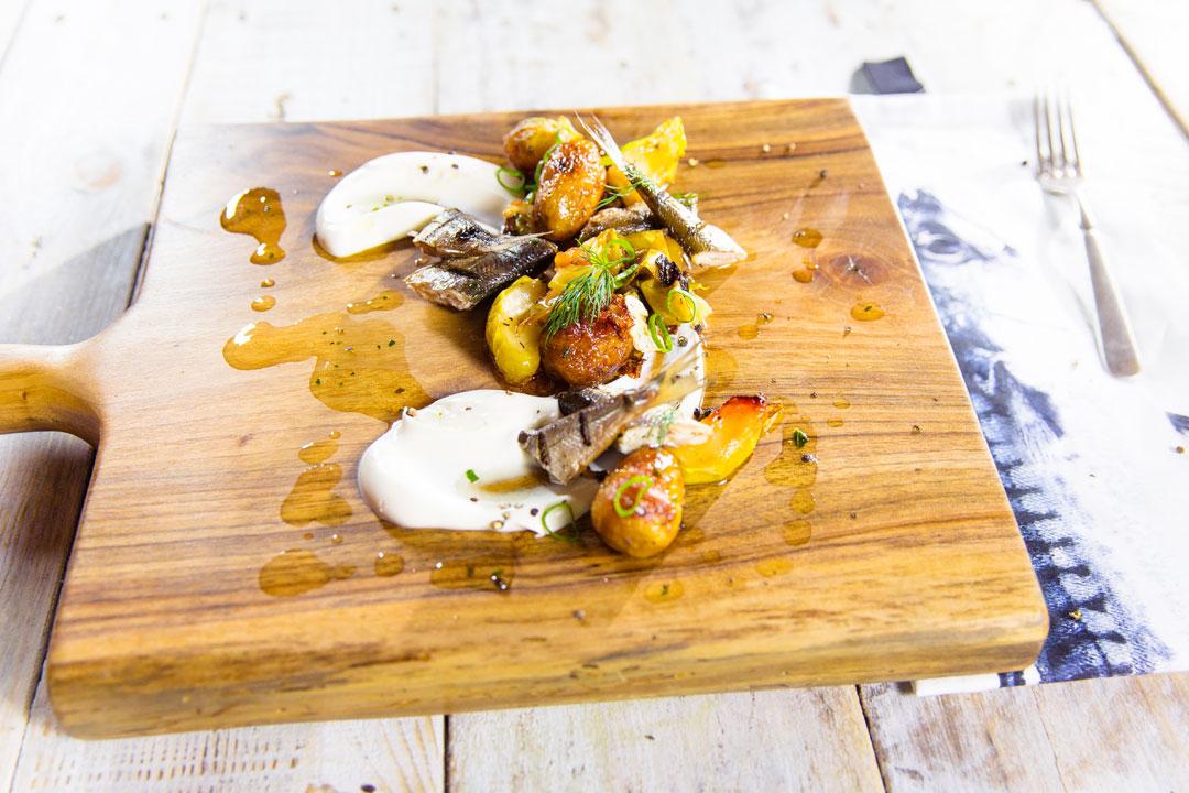 Wędzona rybka warmińska z kiszoną kapustą i jabłkami