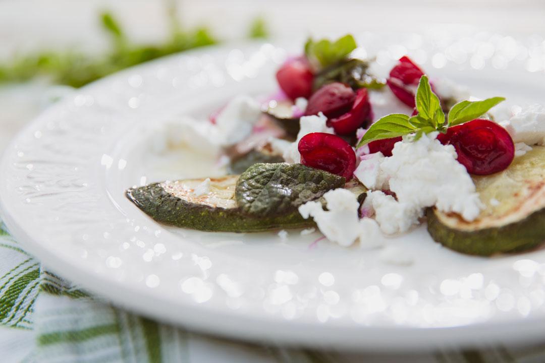 Smażona cukinia z serem i wiśniami